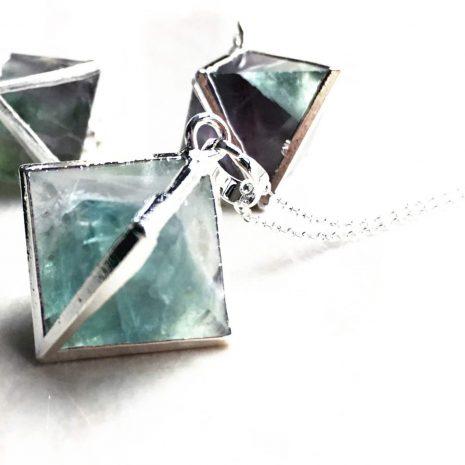 oktaeder-fluorit-necklace-hellaholics-close-up