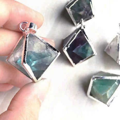 oktaeder-fluorit-necklace-hellaholics-hand-size