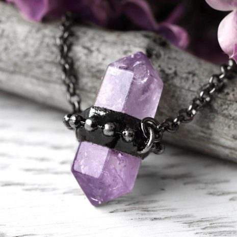 zaria-amethyst-necklace-close-up-hellaholics