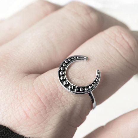 lula-hunting-moon-silver-ring-close-up-hellaholics